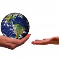 Hände, die die Erde umsorgen