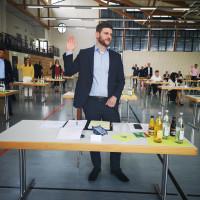 Kreisrat Jan-Michael Fischer legt den Amtseid ab