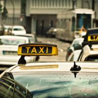 Straßenszene mit Taxi