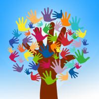 Baum mit vielen helfenden Händen